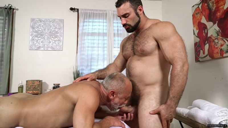 Sexy muscle dude Jaxton Wheeler fucks older hunk Max Stark's bubble butt asshole